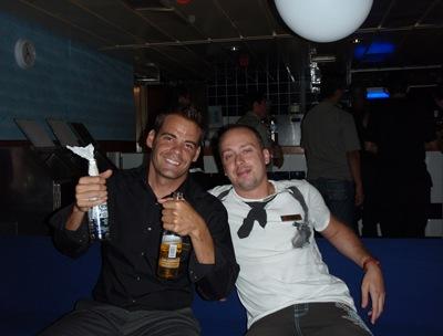 Festa de Aniversário - Dave e eu no bar da tripulação - a câmara da Nicole tem uns três flashes antes de tirar a foto e fico sempre com os olhos fechados... pareço um ganzado!
