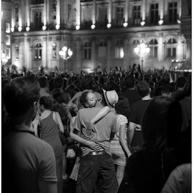le baiser de l'hotel de ville. 2014. by Cyrill Merlin - People Couples