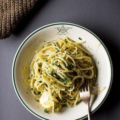 A SIMPLE OLIVE OIL AND PARSLEY PASTA
