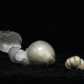 Onion and garlic by Allen Randall - Food & Drink Fruits & Vegetables ( garlic, onion and garlic, onion )