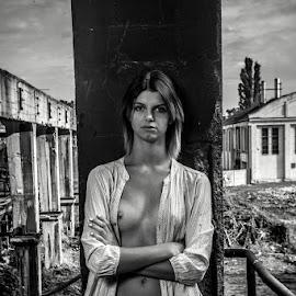. by Krzysztof Niewiadomski - Nudes & Boudoir Artistic Nude ( black and white, woman )