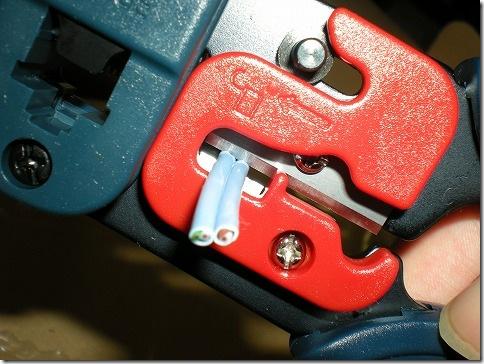 赤いのは安全装置。外してから使う