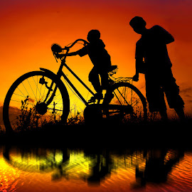 dolanan ro anake by Indra Prihantoro - People Street & Candids ( sunset, children, people, bicycle )