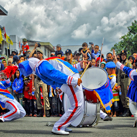 Watching Marching Band by Dany Fachry - News & Events Entertainment ( humanity, society, street, crowd, people )