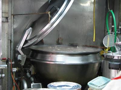 丸安そば・厨房の大鍋