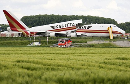 Kalitta Air Boeing 747 cargo plane split-in-two picture