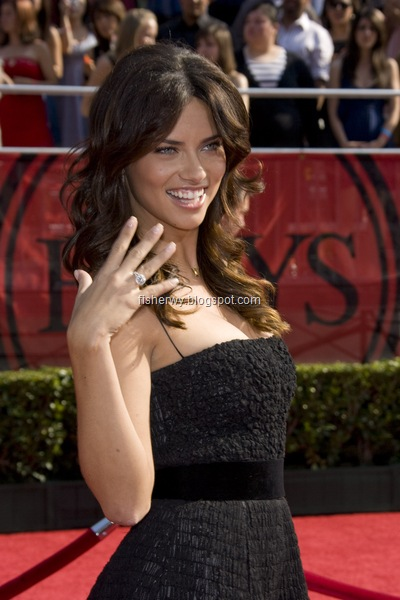 Picture of Adriana Lima attending 2008 ESPY awards while proudly displaying Marko Jaric's diamond engagement ring to her.