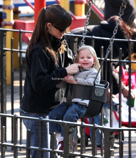 Jennifer Garner, Violet Affleck Jennifer Garner takes her daughter Violet to the park on a sunny day in NYC Central Park, NYC 28/12/07