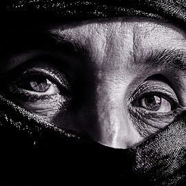 Eyes in the desert by Mouad Abillat - People Portraits of Women