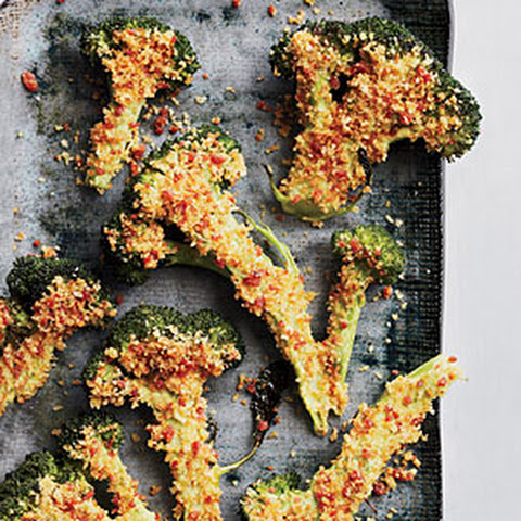 Roasted Broccoli with Spicy Bacon Crumbs Recept | Yummly