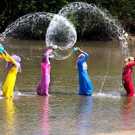 by Han Duy - People Street & Candids ( nghệ thuật té nước của người champa )