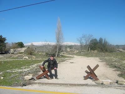 W tle Wzgórza Golan, a na nich śnieg