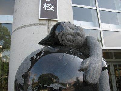 2米阿童木石雕纪念手冢母校建校百年