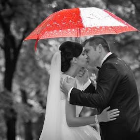 Kissing in the rain by Costi Manolache - Wedding Bride & Groom ( fotoevent88, kiss, umbrela, selective color, red umbrella, rain )