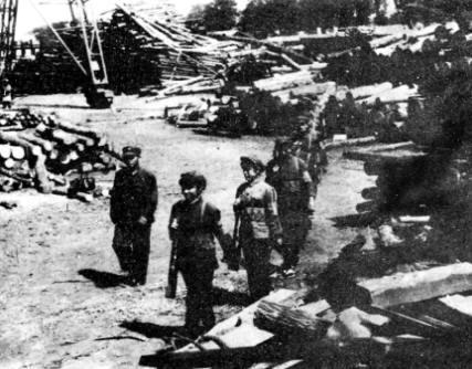 唐山地震时的民兵纠察队,昼夜巡逻,保卫国家财产和维持社会治安