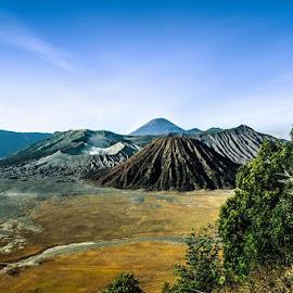 Kini mentari t'lah hadir Pagi-pun t'lah menggulung malam Dan mengganti rasa dingin ini dengan kehangatan! .....  (view @Bromo, East Java) by Andik Hariyanto - Landscapes Mountains & Hills