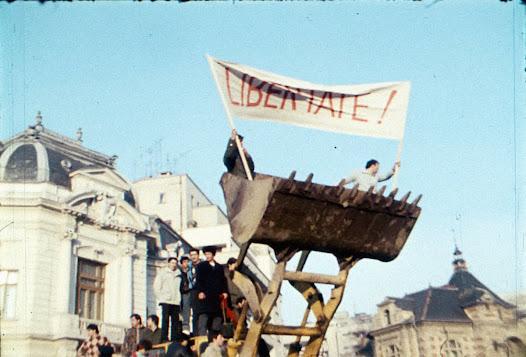 Rakyat Rumania merayakan hari pertama kemerdekaan mereka