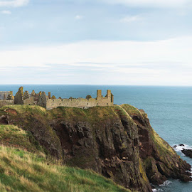 Dunnottar Castle, by Ian Jukes - Buildings & Architecture Public & Historical ( scotland, aberdeenshire, cliff, sea, castle, dunnottar castle,  )
