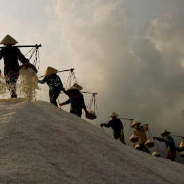 Salt Making by Doãn Chí Bình - People Professional People