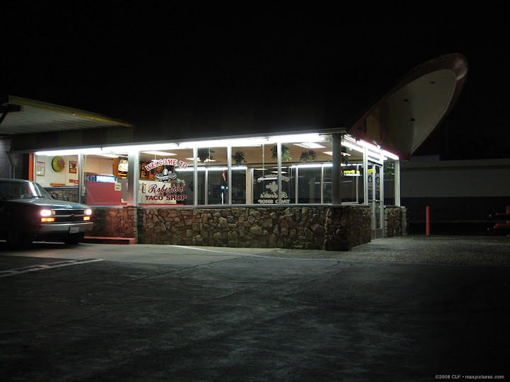Roberto's at night