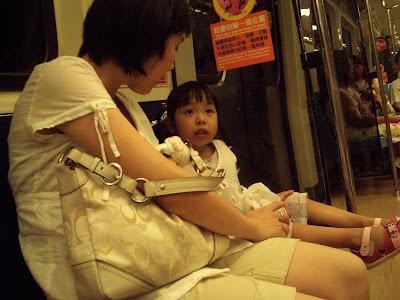 Momo及媽咪在捷運上