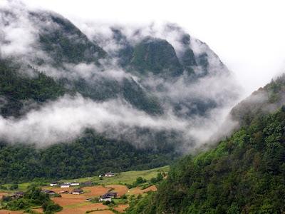 云雾笼罩的雨崩山谷