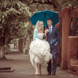 Rainy walk by Vitaly Petrishin - Wedding Bride & Groom ( sony, ivano-frankivsk, wedding, couple, a57, walk, rain )