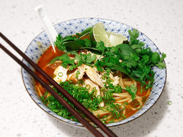 20-Minute Thai Red Curry Noodle Soup with Chicken Recept | Yummly