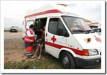 Una integrante de Cruz Roja de Almodóvar del Campo presta asistencia sanitaria a un participante en una prueba ciclista organizada en el municipio.