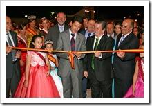 El delegado provincial de la Junta, José Fuentes, corta la cinta inaugural junto al alcalde.