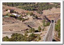 El trazado de la vía férrea de alta velocidad, a su paso junto a Minas de Horcajo.