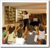 Alex Torregrosa, delante de un grupo de niños durante una actuación.
