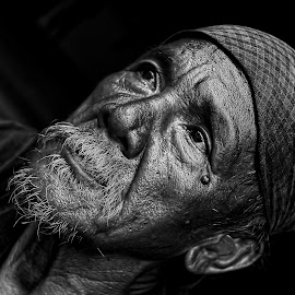 THE MAN OF THE SEA by Leon Zaragoza - People Portraits of Men ( black and white )