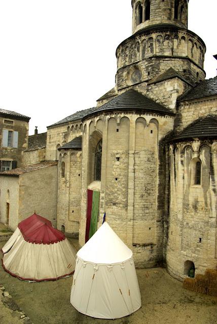Fête médiévale à Cruas (Ardèche) - Le village médiéval reconstitué au pied de l'abbatiale de Cruas, dont la construction a commencé dans la seconde moitié du XIe siècle.