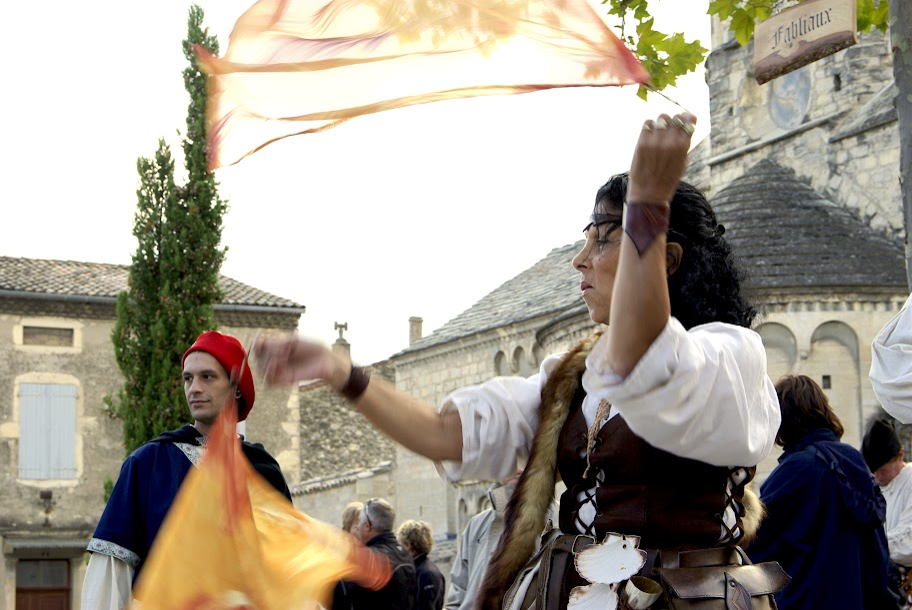 Fête médiévale à Cruas (Ardèche) - …le rythme accompagne la jongleuse et ses foulards enivrants.
