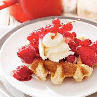 Warme Wafel Met Rood Fruit