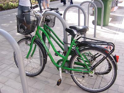 Stojaki na rowery razem z rowerami miejskimi