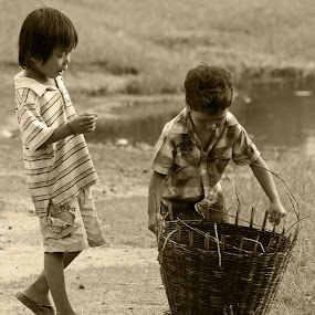 It aint heavy by Glen Unsworth - Babies & Children Children Candids