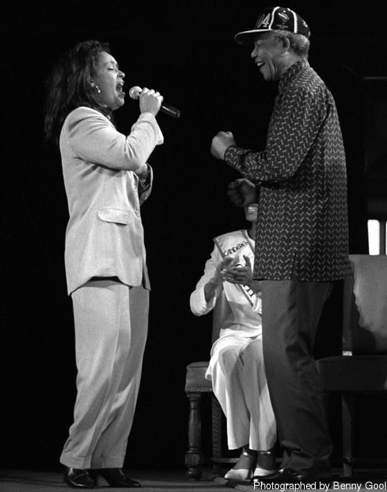 """""""จากนั้นเขาก็เริ่มเต้น """"Madiba Jive"""" ในขณะที่ฉันร้องเพลง!!! ช่างน่าประทับใจอะไรเช่นนี้!!! สุดยอดมาก เขาเต้นไจฟว์ได้!!"""""""