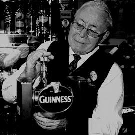 The Last Pint by Sean Laffey - News & Events Business ( veteran, dennis heffernan, last pint, bar tender, long service employee )