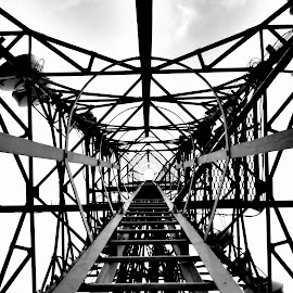 Black and White BTS by Heri Tisnawan - Instagram & Mobile Android ( leading lines, black and white, mobile photos, indonesia, jakarta )