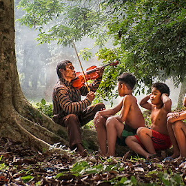 Play the violin by Indrawan Ekomurtomo - People Musicians & Entertainers