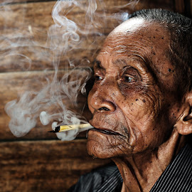 ::PAK MAT THE SMOKER:: by Firdaus Zulkefili - People Portraits of Men ( potrait, village, #village #villagers #culture #heritage #oldpeople #lifestyle #travel, lifestyle, oldpeople, oldman, travel, artwork, classic, heritage,  )