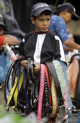 NIÑOS TRABAJADORES. Jervin Sánchez, de 8 años, vende cinchos en el mercado La Tiendona para ayudar a su padre en la rebusca. No estudia. El gobierno no ha realizado estudios serios que indiquen la cantidad de niños trabajadores en El Salvador. Foto de La Prensa, Oscar Leiva