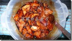 将鸡胸肉加入调味料并腌制至少一个小时.