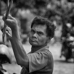 Pak Asongan  by Teguh Gogo - Black & White Portraits & People
