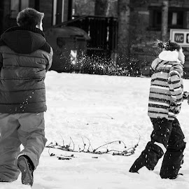 Kid play with snow by Mauro Amoroso - People Group/Corporate ( winter, cold, snow, play, ceresole, kid )