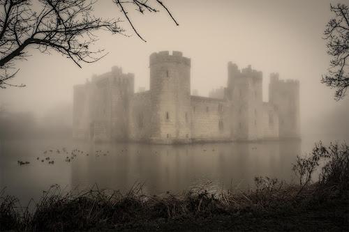 <p> Bodiam Castle Moat in early morning mist. <em>©JamieGriffiths 2014</em></p>