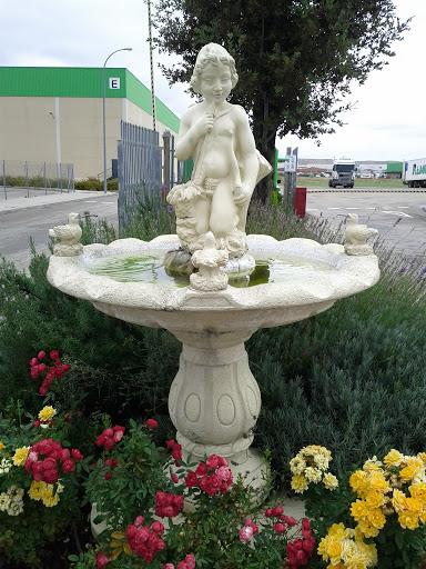 Fuente de mármol adornada floralmente