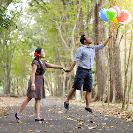 Fly With You by Andy Alexandy - People Couples ( love, eos, couple, balloon, nikon )